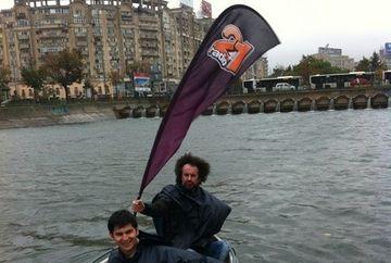 De ziua lui, Vlad Craioveanu s-a plimbat cu pluta motorizata pe Dambovita!