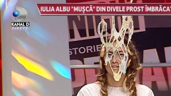 Oglinga, oglinjoara, cine e mai prost imbracata din tara? Iulia Albu a desfiintat una dintre cele mai indragite dive din showbiz