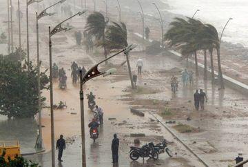 Alerta de cod rosu in India! Ciclonul Pahilin va avea rafale de vant de 240 km/h