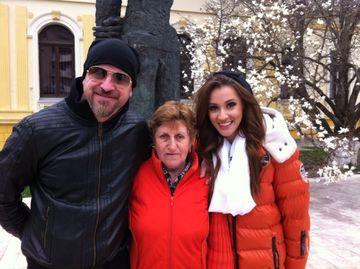 """Ana Maria Barnoschi si Andrei Coman in vizita la o castigatoare """"Bingo Romania"""" din Bacau!"""