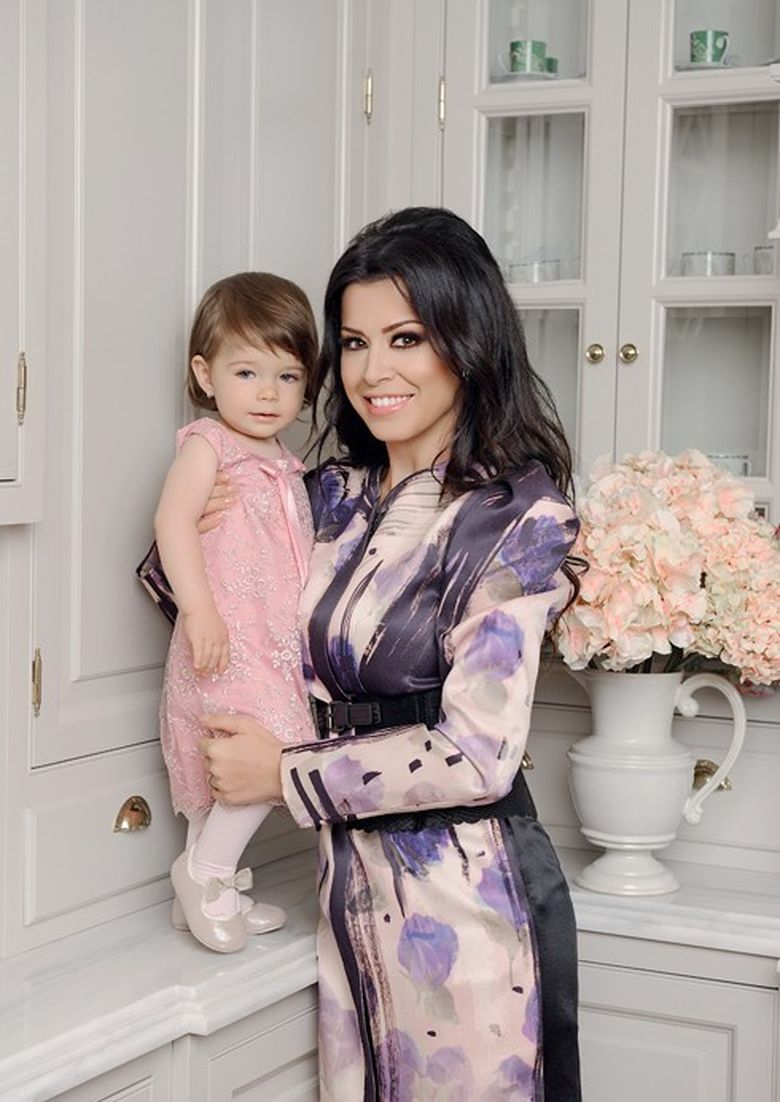 Adorabile! Simona Patruleasa si fiica ei imbracate in rochii identice