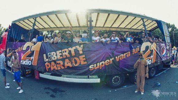 16 DJ romani mixeaza pe 4 camioane in CARAVANA LIBERTY PARADE