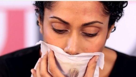 VIDEO - Truc genial! Ce se intampla daca aplici pudra peste un servetel, direct pe buzele tale