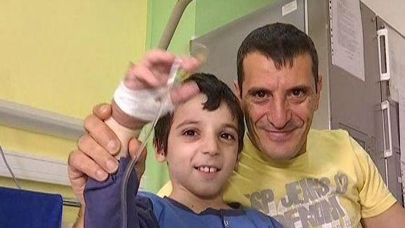 Un baietel si mama lui au fost spulberati pe trecerea de pietoni de o basculanta. Cu toate astea, Dumnezeu si-a facut mila de micut
