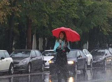 Fantanile arteziene din centrul Bucurestilor merg si pe ploaie