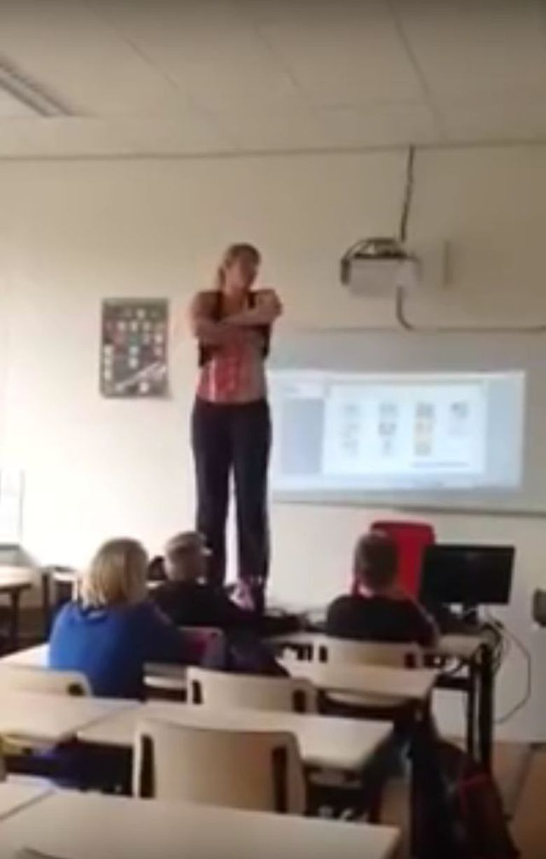 Imagini incredibile intr-o scoala: o profesoara se suie pe catedra si se dezbraca in fata copiilor! Uite ce face dupa ce isi da hainele jos