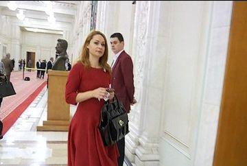 Vremea rea schimba moda în Parlament! Cum arata politicienele care atrag toate privirile pe holurile Parlamentului