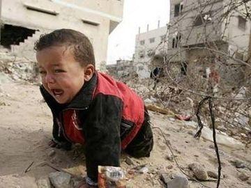Imaginile care iti vor sfasia sufletul! Copii care se plimba printre ruine dupa ce parintii lor au fost omorati in razboiul din Ucraina