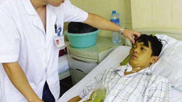 Un baiat de 24 de ani ajuns la spital cu pielea verde, greturi si varsaturi. Doctorii au ramas socati cand l-au scanat si au vazut ce era in corpul lui!
