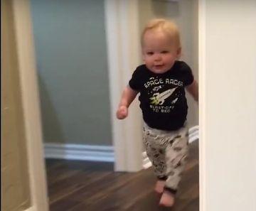 """O sa mori de ras! """"Ragetul"""" bunicului l-a speriat pe acest bebelus iar reactia lui e de milioane. Trebuie sa o vezi!"""