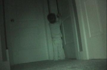 Baiatul acesta s-a strecurat noaptea in camera surorii sale, in liniste. Parintii au ramas muti cand au vazut ce-a facut acolo