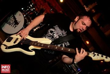 Incredibil! Uite cine este Alex Pascu, basistul trupei care a concertat aseara in Colectiv si despre care se aflase ca ar fi murit!