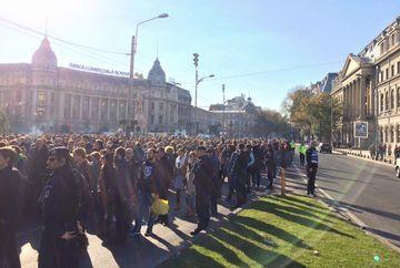 Aproximativ 1.000 de oameni s-au adunat la Universitate pentru a merge in mars spre Colectiv