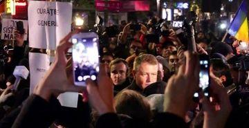 Presedintele Klaus Iohannis a ajuns in piata Universitatii, in a sasea zi de proteste