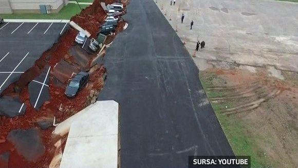 Este incredibil cum 12 masini aflate intr-o parcare au fost inghitite de pamant
