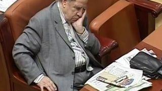 Parlamentarii continua sa-si vada interesul: au votat legea care le acorda pensii SPECIALE si primarilor