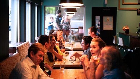 Uite la ce siretlicuri apeleaza managerii de restaurant si vanzatorii la taraba ca sa atraga cat mai multi clienti
