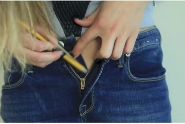 Si-a desfacut blugii, apoi a luat un creion ascutit si l-a infipt in fermoar. Pare ciudat ce face, dar trucul asta te va salva in momentele neplacute