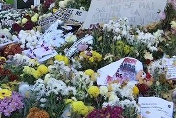 Clubul Colectiv a devenit altarul durerii! Lumanari, flori si poze ale celor care au pierit in catastrofa au umplut locul