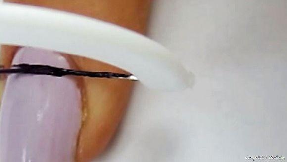 A presat o ata dentara pe oja de pe unghie. Uite efectul extraordinar la care nu te asteptai! Poti face si tu acasa fara sa mai cheltuiesti bani