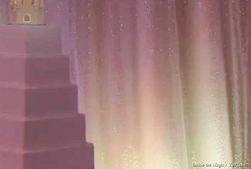 Au asezat tortul de nunta pe masa si au asteptat cateva momente! Ceea ce s-a intamplat cu el cand au stins lumina este pura magie!
