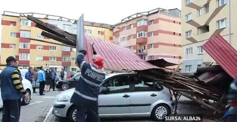 Zi nationala cu ghinion pentru cativa locuitori din Alba Iulia. Din cauza vantului puternic, acoperisul unui bloc s-a desprins si a cazut peste opt masini