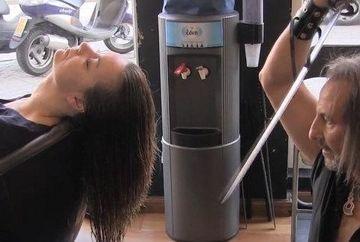 Fata asta a venit la hair-stylist pentru o coafura trasnet, dar a avut parte de un soc: a scos sabia cand ea era cu spatele si a inceput s-o taie. Ce-a urmat o sa te lase cu gura cascata