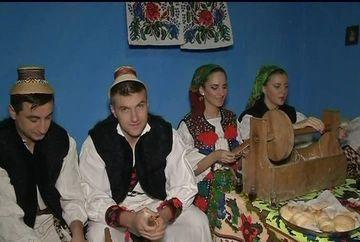 Traditii de Craciun, din Maramures. In postul Craciunului, localnicii, tineri si batrani, merg la sezatori unde muncesc si canta colinde