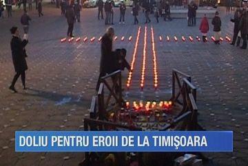 Inceputul Revolutiei din 1989 a fost retrait de timisorenii prezenti in Piata Operei. Banatenii au spus o rugaciune si au format o cruce din 150 de candele