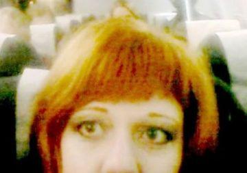 Era in avion si si-a facut un selfie, dar dupa ce s-a uitat la poza a inceput sa urle! Ce se vedea in spatele ei, la cateva scaune distanta