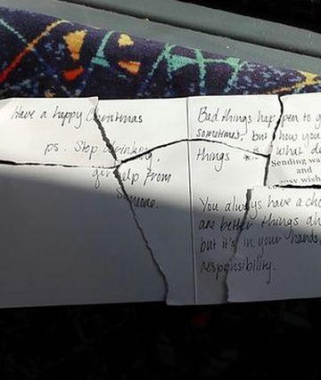 Era in tren, cand a gasit mai multe bucati dintr-o felicitare de Craciun imprastiate pe jos si a decis sa le puna cap la cap. Dupa ce a citit mesajul care era scris pe ea a inceput sa planga!