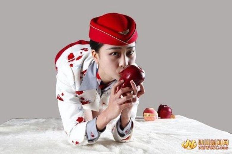 Cele mai ciudate mere se vand in China! Tu ai cumpara un mar daca 500 de stewardese ar face ASTA cu el? WOW!