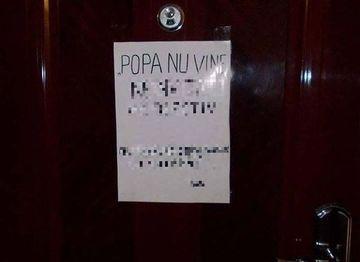 Imaginea care a devenit celebra in toata Romania! Uite ce si-a lipit pe usa un cetatean! Mesajul e adresat preotilor care umbla cu icoana nasterii Domnului in aceasta perioada. Esti de acord cu el?