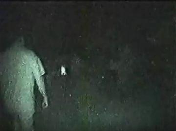 Au plecat in gluma sa vaneze fantome intr-o padure de langa un cimitir, insa ce a urmat ii va marca pe viata: au incremenit cand au vazut ce se indrepta spre ei! Venea cu viteza dinspre copaci