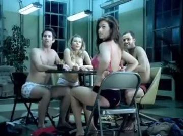 Doua fete si doi baieti joaca poker pe dezbracate. Crezi ca stii cum se termina, nu? La finalul asta sigur nu te asteptai