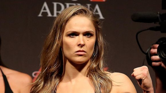 Cea mai sexy luptatoare in UFC a pozat goala, acoperita doar cu vopsea! Imaginile care ii pun in valoare corpul superb
