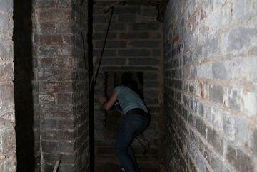 Simtea un miros greu venind din apartamentul de dedesubt, asa ca a chemat politia ca sa vada ce se intampla! Cand au intrat in locuinta au incremenit! Uite ce era inauntru