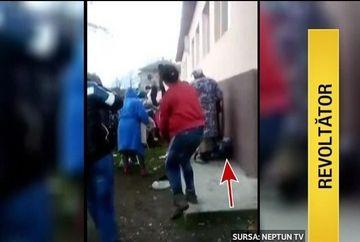 Scene de umilinta crunta in curtea unui liceu din judetul Constanta. Zeci de femei, barbati si copii s-au calcat in picioare pentru cateva haine vechi