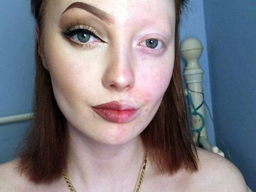 A explodat internetul dupa ce o adolescenta a postat o poza cu fata ei jumatate nemachiata! Uite de ce a iscat atata isterie