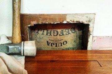 Au spart peretele unei case vechi de 100 de ani si au fost ingroziti de ce au gasit acolo! Pare o scandura cu litere pe ea, dar se folosea la lucruri necurate