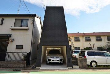 Iti vine sa crezi ca locuieste cineva aici? Pare un garaj, dar e o casa cu etaj, amenajata genial. Cum arata la interior