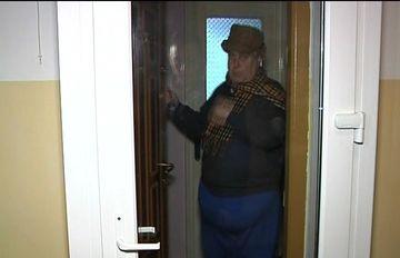 Culmea termopanelor vine de la Braila! Explicatia incredibila a pensionarului care si-a facut cusca de termopane in fata usii de la bloc