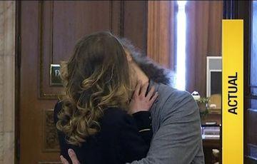 Remus Cernea a redepus legea de parteneriat civil si a pecetuit-o cu un sarut pasional. Cu cine a impartasit momentul intim