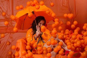 Imagini de senzatie cu Ana Maria Barnoschi si Bursucu'! S-au jucat cu portocale si cu cercul luminos! De 1 martie, Kanal D implineste 9 ani
