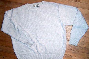 A luat un pulover pe care nu il mai folosea si a inceput sa ii taie manecile si marginile cu o foarfeca. Pare ciudat ce face, dar uite in ce lucru extraordinar l-a transformat! Poti sa incerci si tu