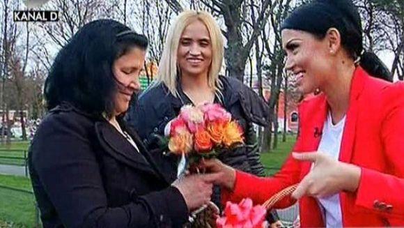 VIDEO Cele mai emotionante imagini cu prezentatorii WOWbiz! Andreea Mantea si-a surprins mama cu un cantecel din copilarie, Madalin Ionescu a inceput sa planga de fata cu mama lui!