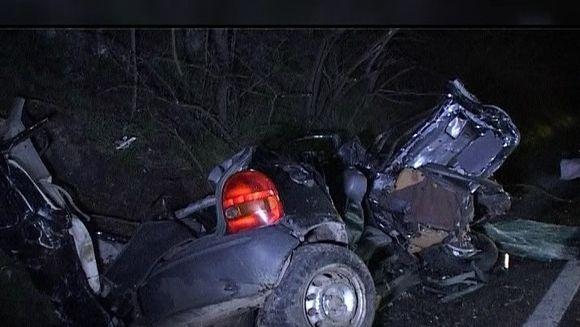 Trei tineri si-au pierdut viata dupa ce autoturismul in care se aflau a derapat si a intrat intr-un camion