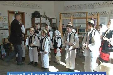 Traditia se pastreaza cu sfintenie in satele din Maramures si nu doar in zilele de sarbatoare ci si la scoala