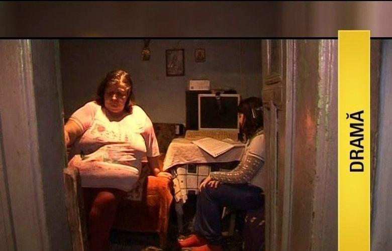 Au ajuns la mila vecinilor. Aruncata in strada, cu tot cu mama sa, o copila de 16 ani trebuie sa o ingrijeasca pe cea care i-a dat viata si care sufera de o boala cumplita