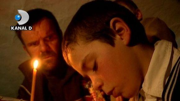 Povestea fratilor orfani, care stau si isi jelesc mama la lumina lampasului! Sunt prea mici, pentru o suferinta atat de mare